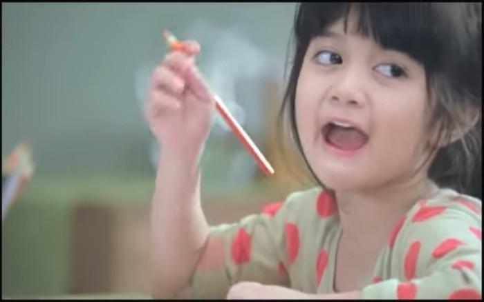 Masih ingat dengan Afiqah, perempuan lucu yang hits lewat iklan sebuah produk biskuit pada tahun 2012 lalu? Foto: YouTube