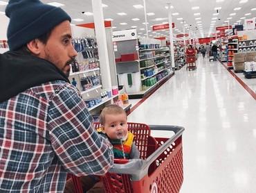 Ayah Clint sedang belanja sambil mengasuh Baby Lake nih. (Foto: Instagram @clintmoffat)