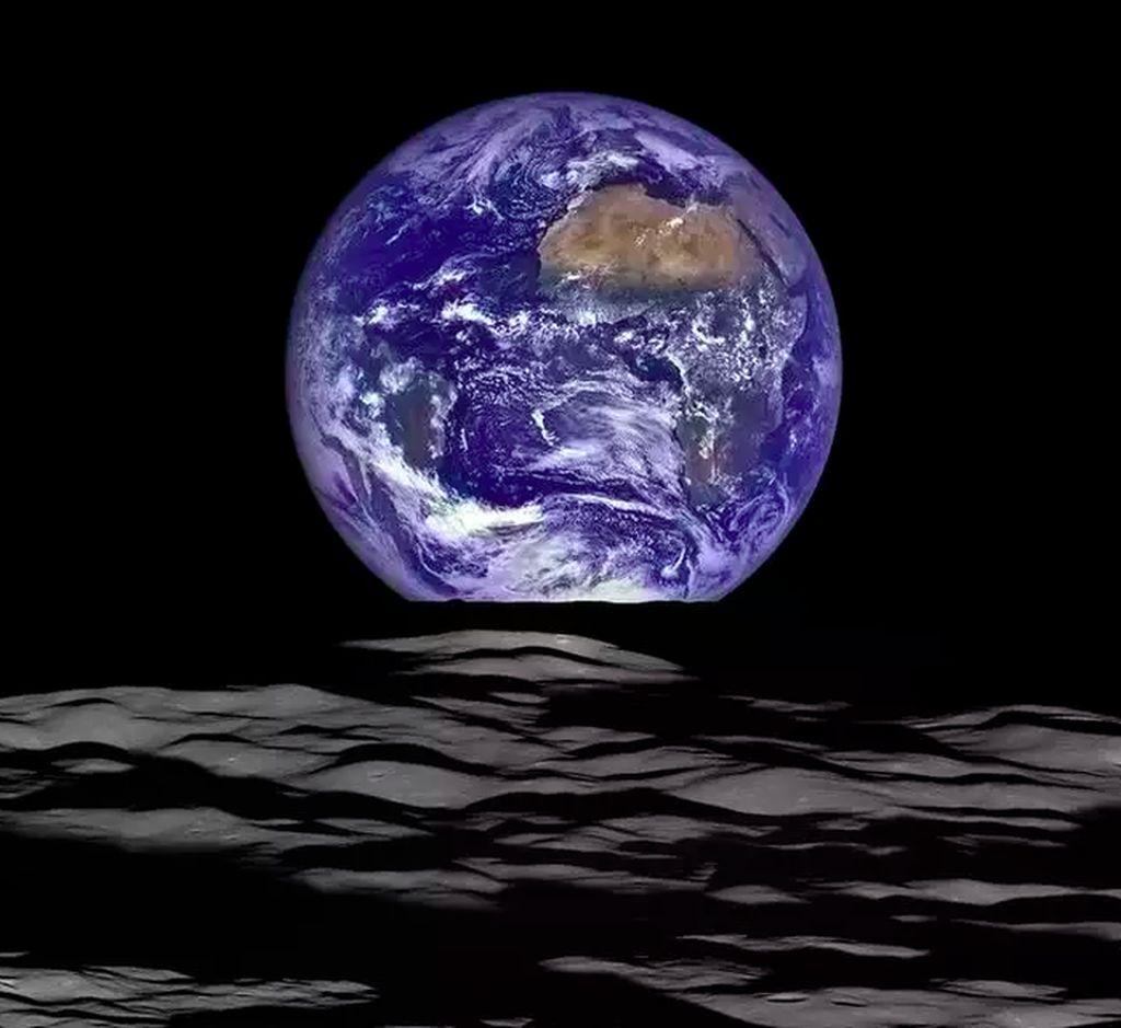 Earthrise: Foto ini diambil pada Oktober 2015 saat Lunar Reconnaissance Orbiter (LRO) berada di ketinggian 128 km dari permukaan Bulan. Meskipun namanya Earthrise, namun Bumi tidak benar-benar terbit mengingat satu sisi Bulan selalu menghadap ke Bumi. Foto: NASA