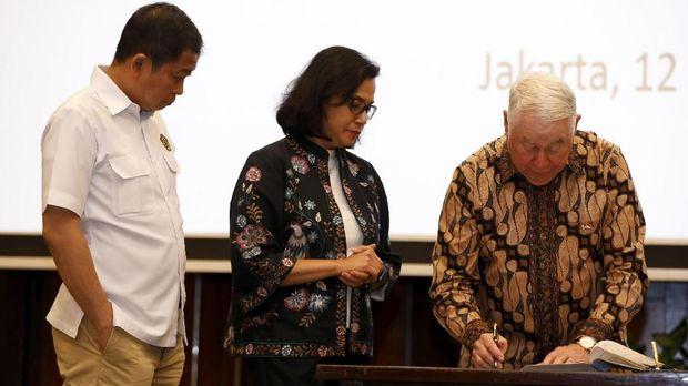 Menteri ESDM Ignasius Jonan dan Menkeu Sri Mulyani Indrawati menyaksikan CEO Freeport-McMoRan Richard Adkerson menandatangani kesepakatan awal dengan PT Inalum, di Jakarta, Indonesia, 12 Juli.