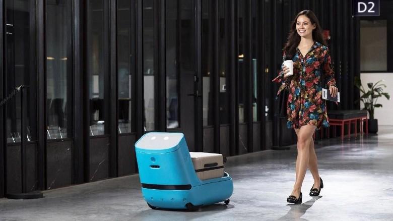 Foto: Robot Care-E sedang mengantar koper traveler di bandara (KLM)