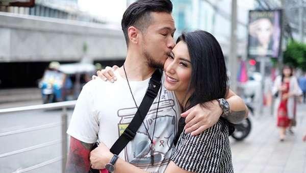 Yuk, Intip Liburan Tyas Mirasih dan Suami di Thailand!