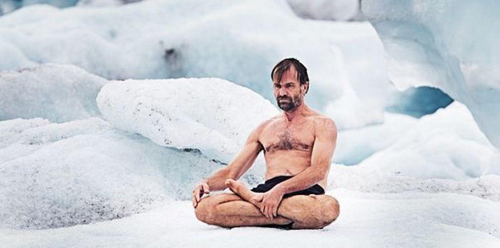 Wim Hof dikenal sebagai Iceman karena kemampuannya untuk bertahan disuhu dingin yang ekstrem. Ia mendaki Gunung Kilimanjaro hanya dengan memakai celana pendek. Ia juga memegang Guiness World of Record untuk mandi es terlama. Foto: HighExistence