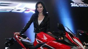 Ketika Model Cantik Berpose dengan Motor Honda Anyar