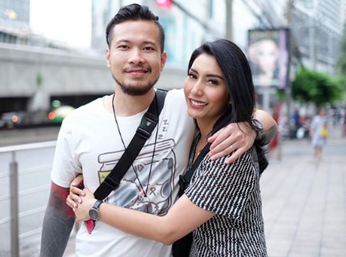 Tyas Mirasih dan sang suami saat berlibur ke Thailand.