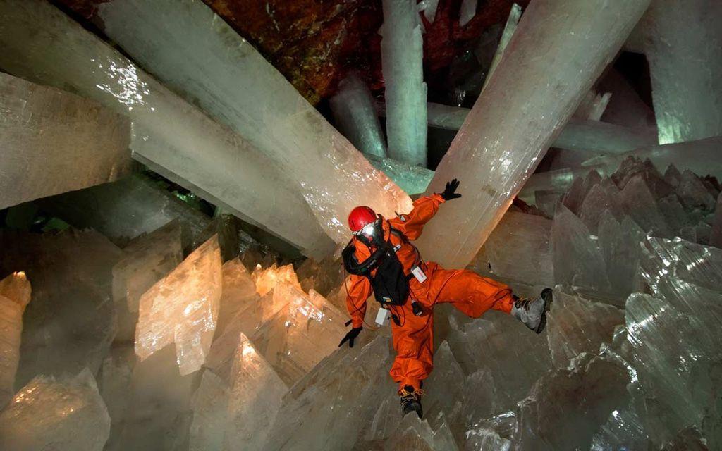 Sesuai namanya, Gua Kristal di Meksiko menyimpan sejumlah kristal terbesar di muka Bumi. Salah satu yang paling besar memiliki berat 55 ton. Foto: Matador Network