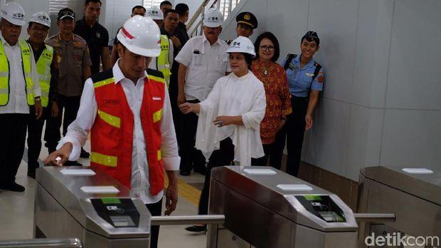 Jokowi saat masuk stasiun LRT.