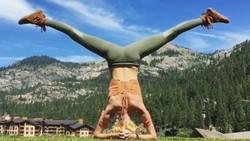 Selama ini kita lebih sering mengetahui atau melakukan yoga di studio yang tertutup. Namun selebgram AS satu ini malah menyukai melakukannya di alam terbuka.