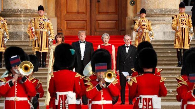 Saat Trump Disambut Karpet Merah dan Balon Bayi di Inggris