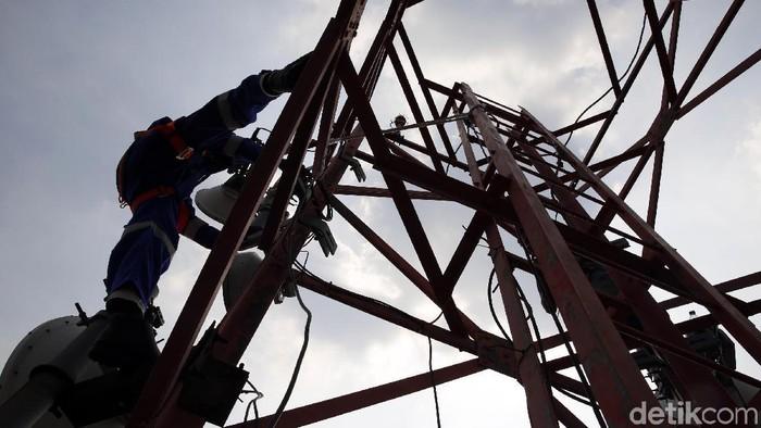 Seorang teknisi XL Axiata sedang melakukan pemeliharaan perangkat BTS (Base Transceiver Station) di sebuah tower yang berada di bilangan Bendungan Hilir, Jakarta, Jumat (13/7). Guna mendukung program Jakarta sebagai smartcity dan juga penyelenggaraan beberapa even internasional yang akan berlangsung hingga akhir tahun nanti XL Axiata terus melakukan pemeliharaan dan perawatan BTS di seluruh DKI Jakarta, guna memberikan layanan secara prima.
