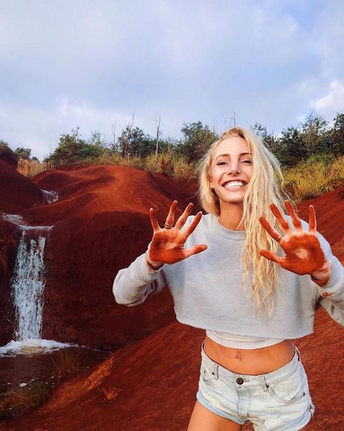 Caitlin Turner asal California jatuh cinta pada yoga dan hanya ia lakukan di alam atau ruang terbuka. (Foto: Instagram/gypsetgoddess)