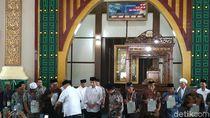 Jokowi Jumatan dan Bagikan Sertifikat Tanah Wakaf di Palembang
