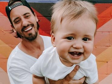 Ceria banget senyum ayah dan anak ini. (Foto: Instagram @clintmoffat)