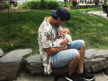 Aih luwesnya Clint Moffats saat menggendong Lake yang masih bayi. (Foto: Instagram @clintmoffat)