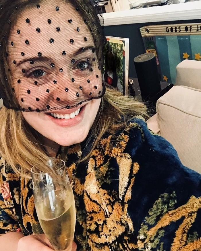 Dengan segelas champagne, penyanyi bersuara emas ini turut merayakan pernikahan Pangeran Harry dan Meghan Markle. Namun dirinya tak datang langsung ke acara pernikahan Royal Wedding itu. Selamat Meghan dan Harry. Kalian sepasang pengantin yang cantik. Saya tak bisa berhenti memikirkan seberapa senangnya Putri Diana di atas sana, tulis Adele. Foto: Instagram adele