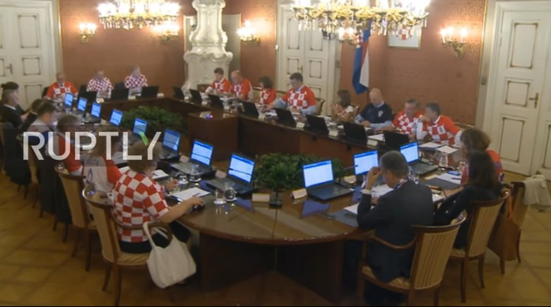 Demam Piala Dunia, Menteri Kroasia Rapat Pakai Jersey Timnas