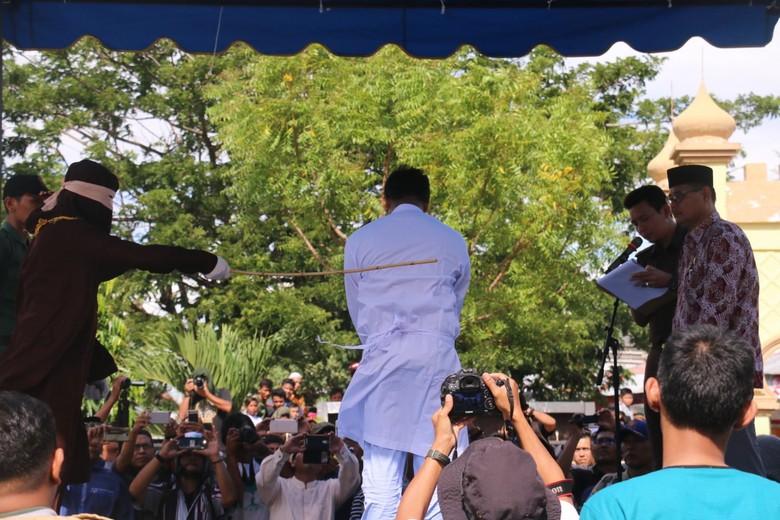 Mengapa Pasangan Gay di Aceh Dihukum Cambuk di Halaman Masjid?