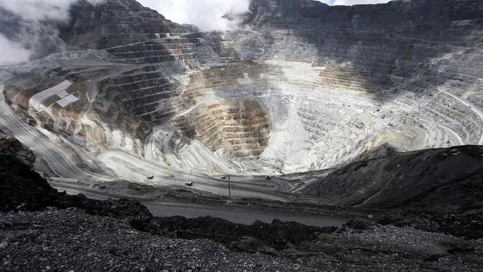 FILE PHOTO: Trucks operate in the open-pit mine of PT Freeports Grasberg copper and gold mine complex near Timika, in the eastern region of Papua, Indonesia on September 19, 2015 in this photo taken by Antara Foto. REUTERS/Muhammad Adimaja/Antara Foto/File Photo  ATTENTION EDITORS - THIS IMAGE WAS PROVIDED BY A THIRD PARTY. MANDATORY CREDIT. INDONESIA OUT
