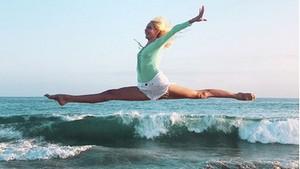 Kenalin Caitlin Turner, Selebgram yang Hobi Yoga di Alam Terbuka