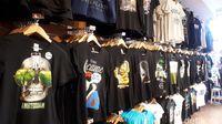 Beberapa suvenir kaus yang menggambarkan Amsterdam Kota Ganja (Afif Farhan/detikTravel)