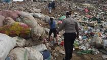 Berjibaku Mencari Pemulung yang Kena Longsor Gunung Sampah