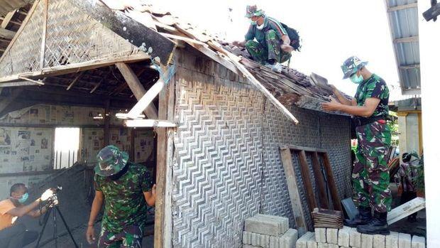 Sejumlah personel Tentara Nasional Indonesia ikut merenovasi rumah Lalu Muhammad Zohri. (