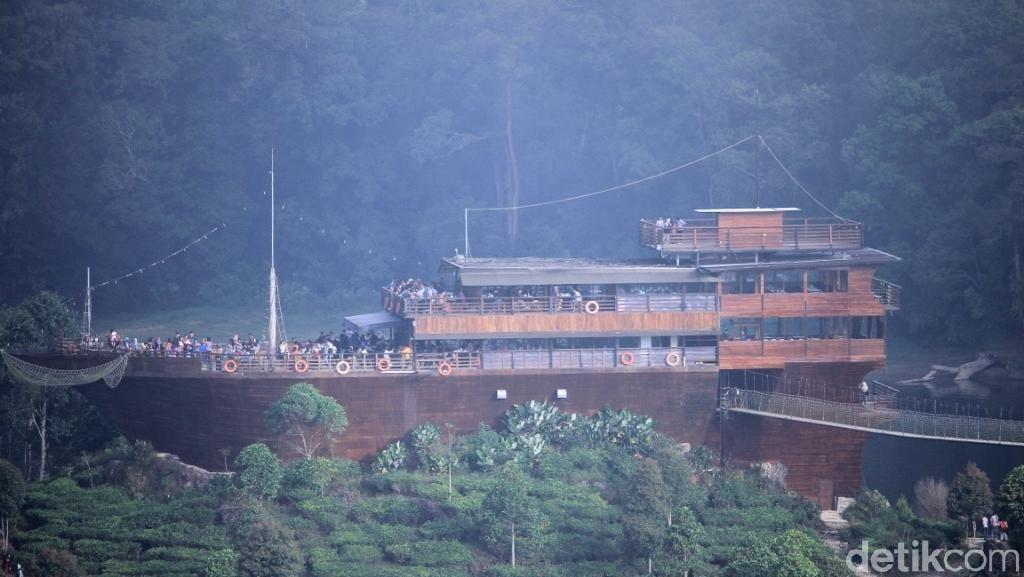 Saat Kapal Pinisi Raksasa Terdampar di Situ Patenggang