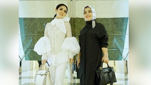 Gaya Syahrini dan adiknya, Aisyahrani kompak membawa Tas Hermes. Foto: Dok. Instagram