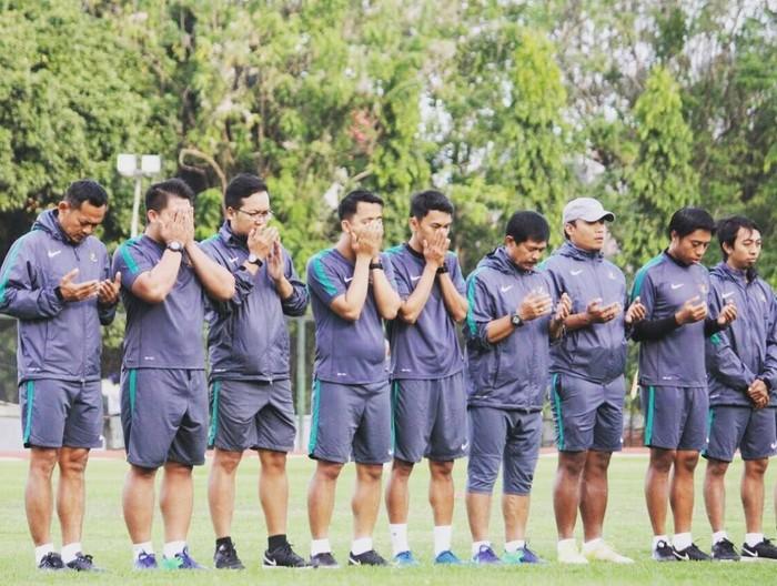 Untuk tampil cemerlang mencukur lawan, para pemain dibantu oleh sang pelatih, Indra Sjafri. Foto: Instagram/ifranakhmad