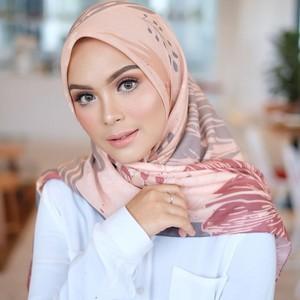 5 Inspirasi Gaya Hijab Segi Empat Ala Artis Cantik Vebby Palwinta