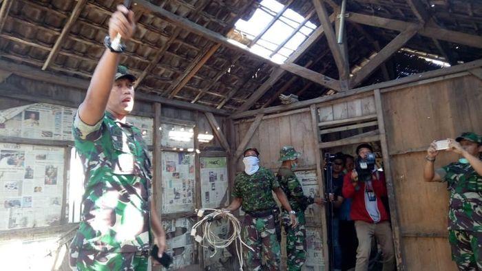 Foto: TNI AD dari Korem 162/WB dan warga renovasi rumah Zohri (istimewa)