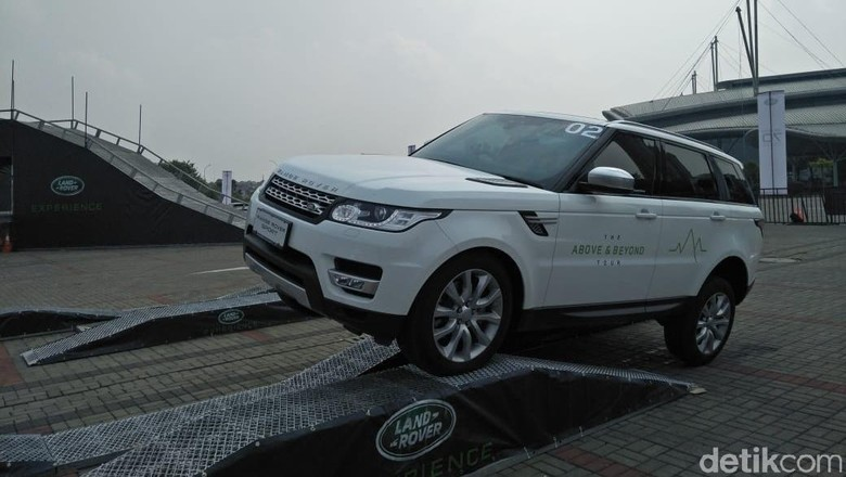 Menjajal mobil keluaran Land Rover (Foto: Ruly Kurniawan)