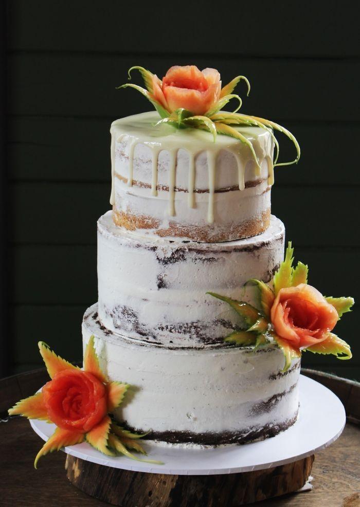 Meskipun tampilan cakenya sangat sederhana. Pulasan krim berwarna putih ternyata bagus juga dihias dengan buah yang sudah dipahat sedemikian rupa. Foto: Daniele Barresi
