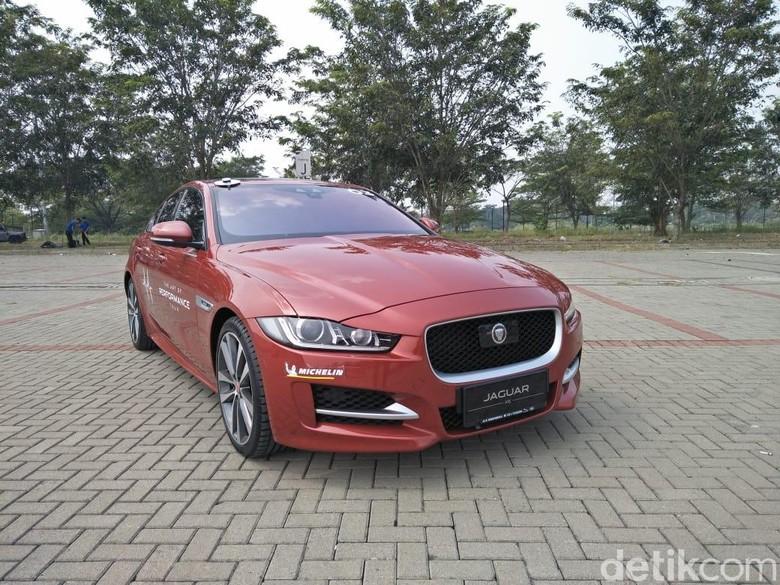 Beli mobil Jaguar bisa dicicil. Foto: Ruly Kurniawan