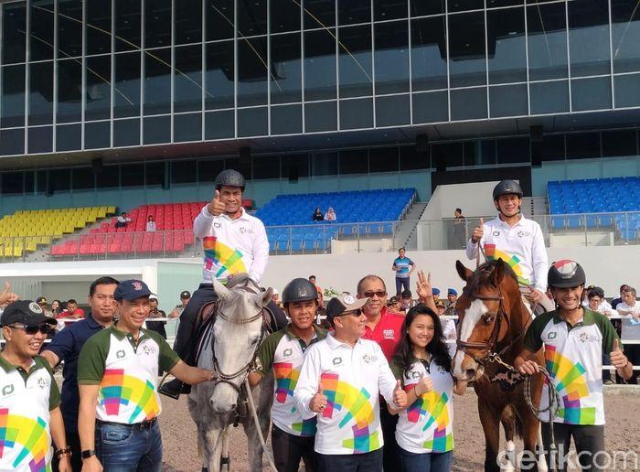Dari atas kuda, Sandiaga dan Mentan meninjau lokasi venue pacuan sekaligus memastikan kesehatan kuda.