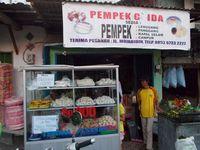 Jalan-jalan Palembang, Kaesang Jajan Pempek yang Katanya 'Enak Banget'