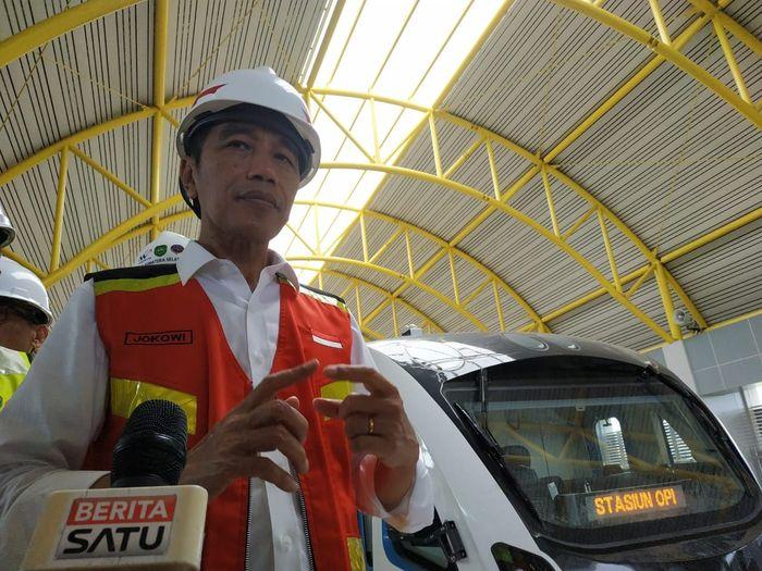 Pada kesempatan kunjungan kerja ke Provinsi Sumatera Selatan, Presiden RI, Joko Widodo meninjau pembangunan LRT Palembang untuk memastikan bahwa LRT Palembang dalam waktu dekat siap untuk dioperasikan. Andhika Prasetia/detikcom.
