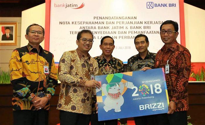 Mereka menunjukan mockup kartu BRIZZI seri Asian Games 2018 sambil berfoto bersama usai penandatanganan kerjasama strategis tersebut. Foto: dok. BRI