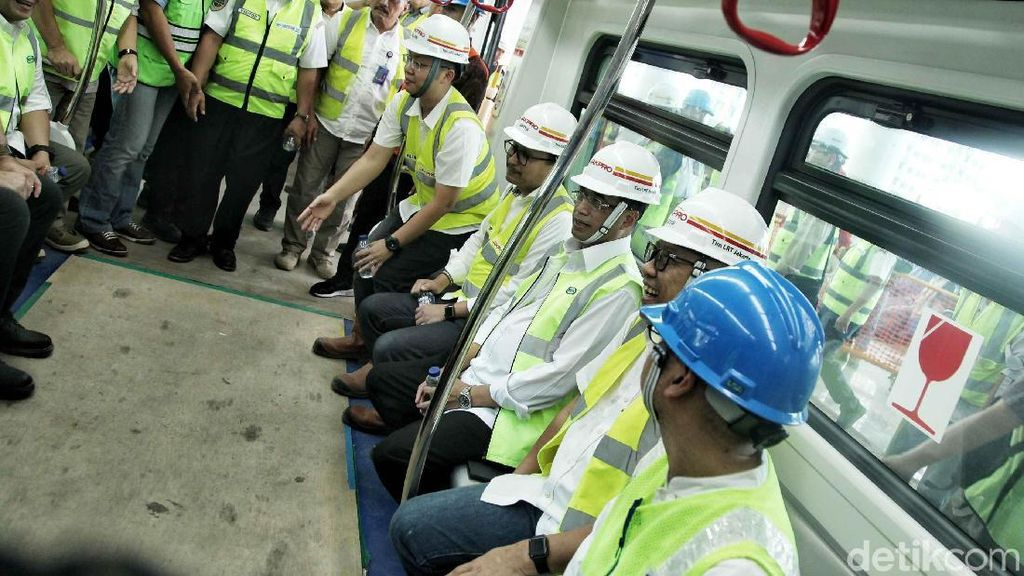 Wuss, Menhub Jajal LRT Jakarta Sebelum Diresmikan