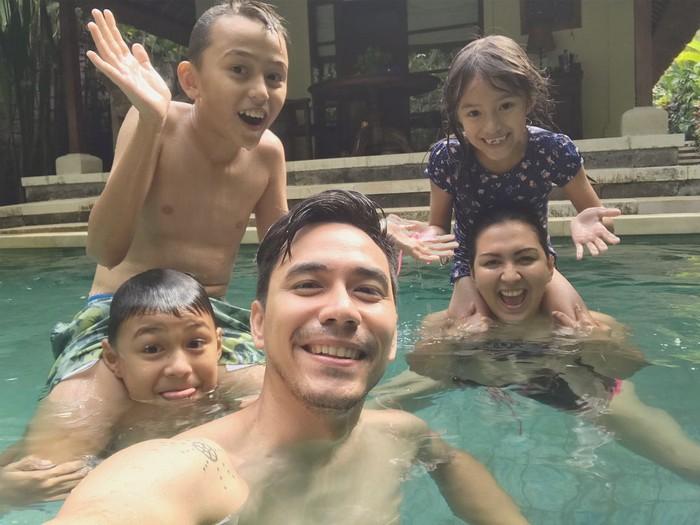 Kekompakan Donna Agnesia bersama keluarga ketika berenang. (Instagram/dagnesia)