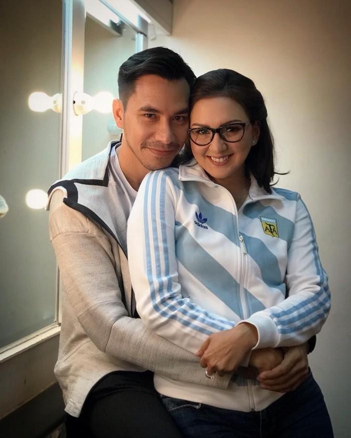 Tidak hanya dirinya yang suka sepakbola, suaminya, Darius Sinathyra juga gemar menyaksikan sepakbola. (Instagram/dagnesia)