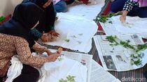 Puluhan Ibu-ibu di Surabaya Belajar Membatik Berbahan Sayuran
