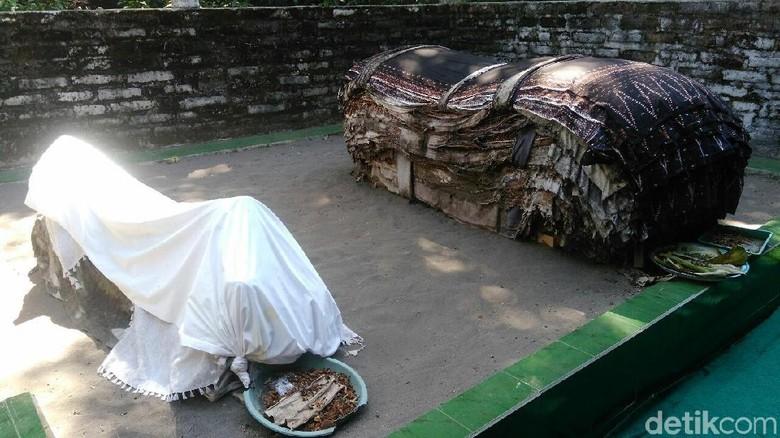 Kain batik di makam Mbah Lancing Kebumen (Rinto Heksantoro/detikTravel)