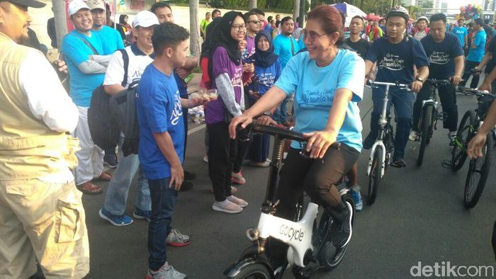 Susi bersepeda di acara Car Free Day pagi ini di jalan Thamrin, Jakarta. Foto: Achmad Dwi Afriyadi