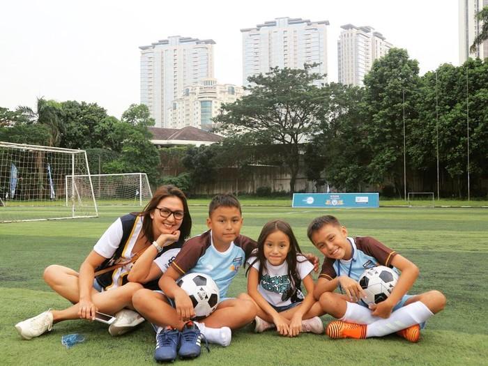 Kebiasaan olahraga ditularkan ke 2 anak laki-laki dan 1 anak perempuannya. (Instagram/dagnesia)