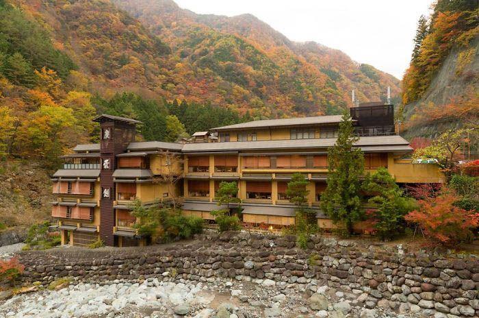 Hotel yang didirikan oleh Fujiwara Mahito ini hanya membutuhkan waktu singkat untuk berkendara dari Gunung Fuji, Jepang. Istimewa/Boredpanda.