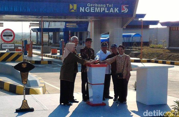 Jokowi melakukan peresmian di Gerbang Tol (GT) Ngemplak, Kabupaten Boyolali.