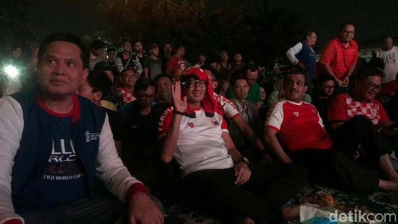 Nobar Piala Dunia di Kramatjati, Sandiaga Pakai Baju Persija
