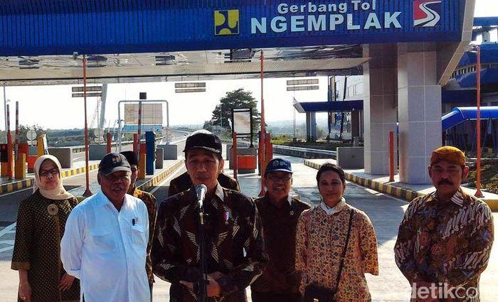 Jokowi menyatakan bahwa bahwa Jalan Tol Trans Jawa secara bertahap akan tersambung dari Merak hingga Banyuwangi.