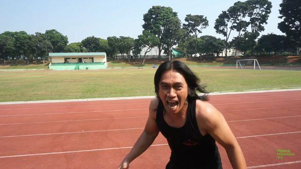 Agung Hercules mencoba berlari layaknya juara sprinter dunia Lalu Muhammad Zohri. Ada-ada saja..
